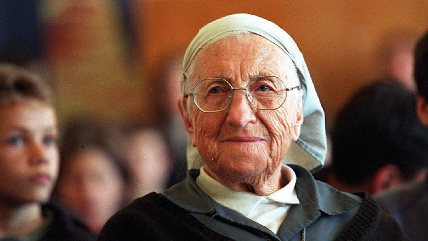 À son retour en France à 85 ans, sœur Emmanuelle continue de s'engager pour la solidarité.