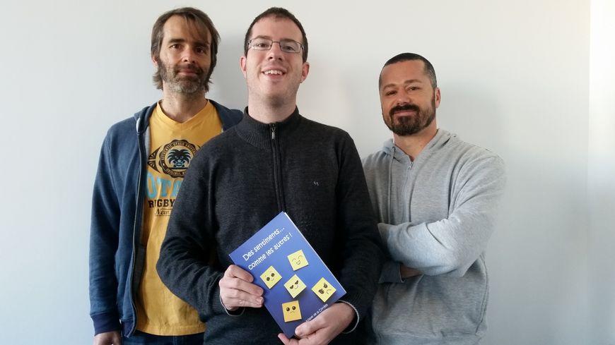Julien, 28 ans, est l'un des vingt-cinq handicapés qui ont co-écrit ce livre avec des auteurs régionaux (ici Sébastien Vidal (g.) et Anthony Signol (d.))