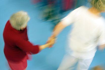 Une infirmière aide une patiente atteinte de la maladie d'Alzheimer aux Heliades, une structure du centre hospitalier de Beauvais