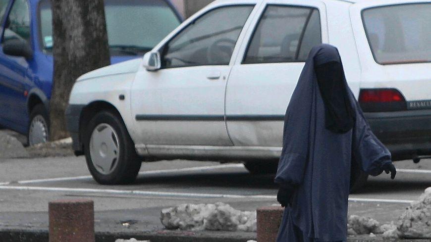 Les enquêteurs ont été intrigués par la présence d'une femme en burqa à l'allure masculine (photo d'illustration).