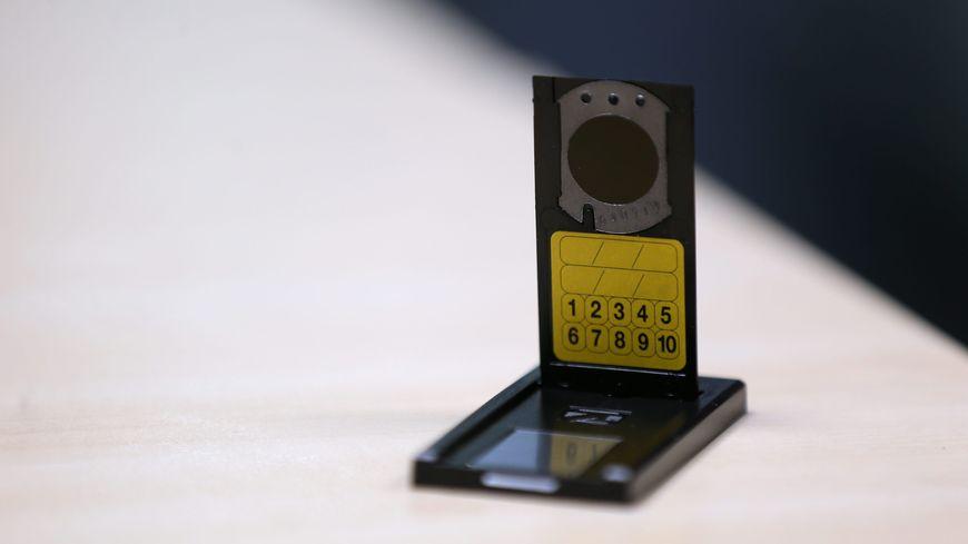 le kit de mesure du radon se pose facilement sur un meuble dans une habitation