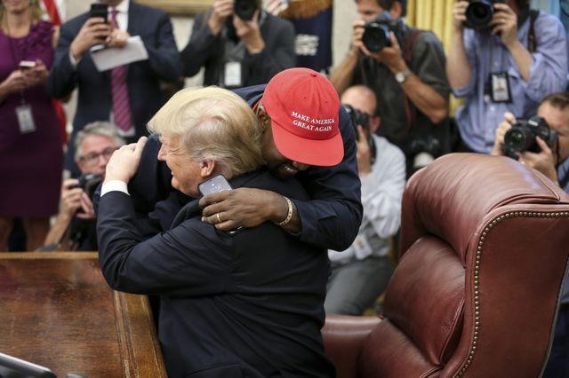 Kanye West et Donald Trump s'enlacent pour les caméras après leur rencontre le 11 octobre à la Maison Blanche