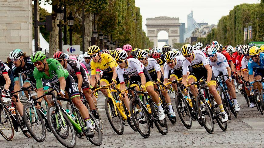 Le peloton du Tour de France avec Geraint Thomas en jaune cet été (illustration)