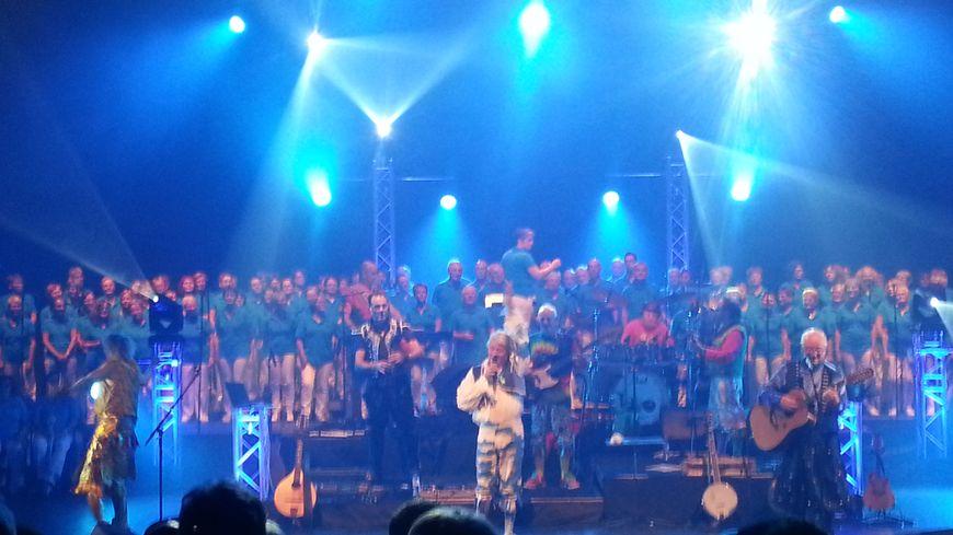 Une centaine  de choristes sarthois ont accompagné Tri Yann sur scène pour ces deux concerts au Mans