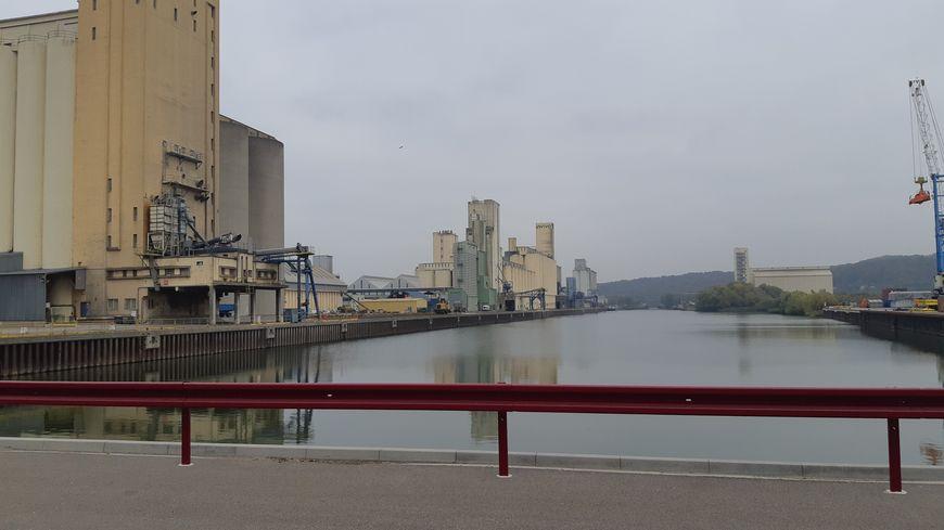 D'ordinaire, le bief au niveau du port de Metz affiche complet. Mais en ce moment, il peine à voir des bateaux naviguer.