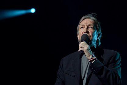 Henri Dès, chanteur suisse, sur la scène de l'Olympia en décembre 2002