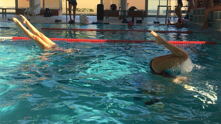 A Limoges, 96 jeunes filles pratiquent la natation artistique, plus connue sous le nom de natation synchronisée.