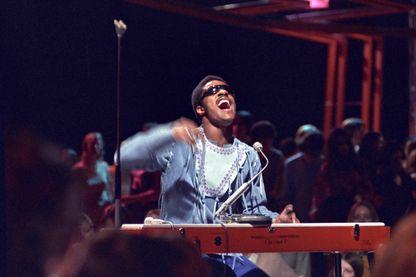"""Stevie Wonder dans l'émission 'Top of the Pops', en 1971, soit un an avant de connaître un nouveau succès planétaire avec """"Superstition"""""""