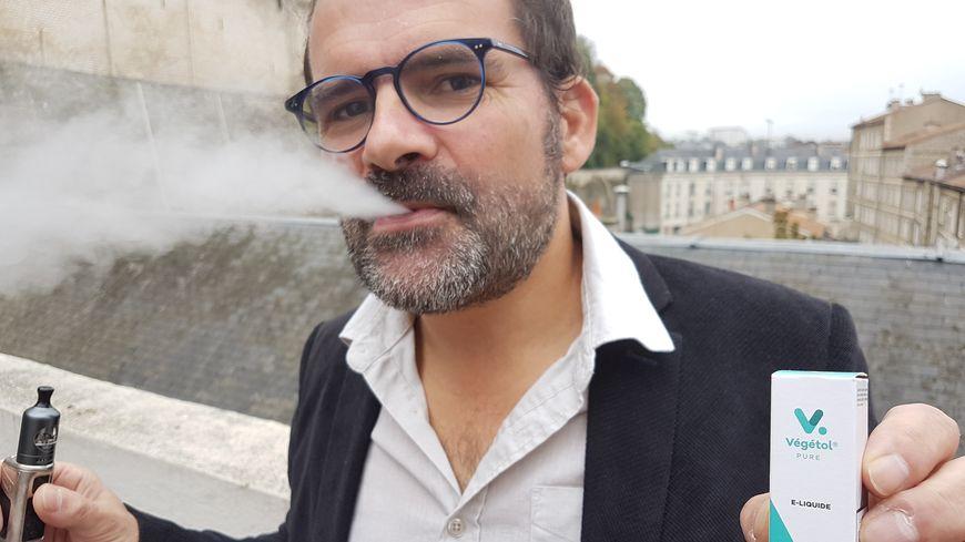 Vincent Bonnarme est l'un de deux chimistes poitevins à l'origine du Végétol, le liquide pour cigarette électronique 100% végétal.