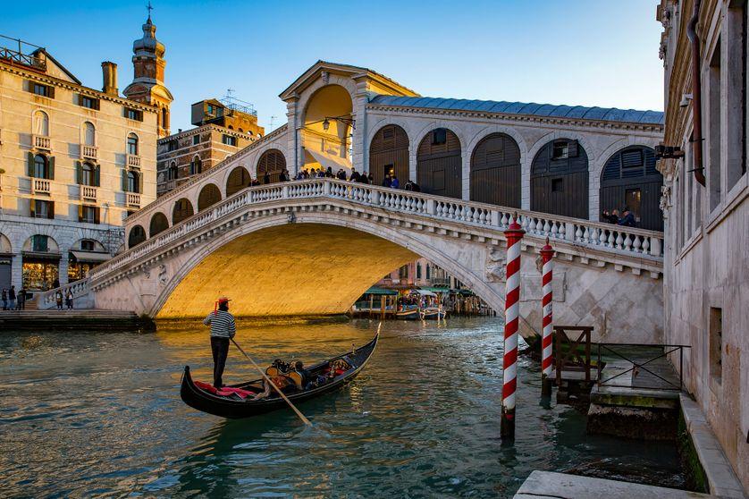Gondole devant le pont Rialto à Venise.