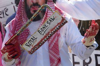 Des manifestants déguisés en Prince héritier saoudien Mohammed bin Salman devant la Maison Blanche à Washington, le 19 octobre 2018, pour dénoncer l'assassinat du journaliste saoudien  Jamal Khasho