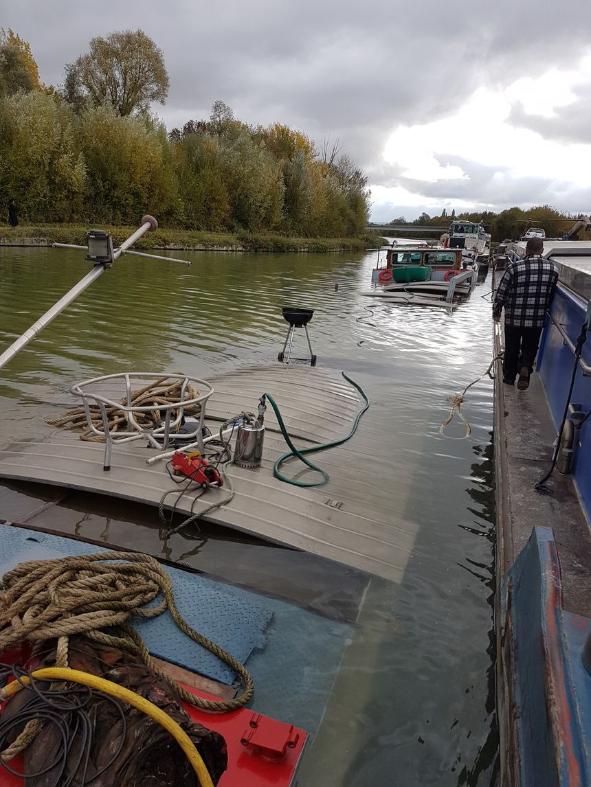 Une des deux péniches accidentées a coulé et perdu ses 250 tonnes d'orge. Du carburant et de l'huile se sont également échappé du bateau