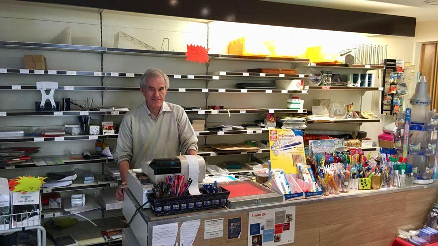 Jean-Marc Vidal devant les rayons presque vides de sa librairie-papeterie Leghor de Mauguio (Hérault).