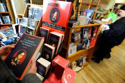 """Lecteur feuilletant le 1er tome de """"Millenium"""" : trilogie culte du suédois Stieg Larsson, adapté au cinéma ! 10 millions de livre ont été vendus dans le monde !"""