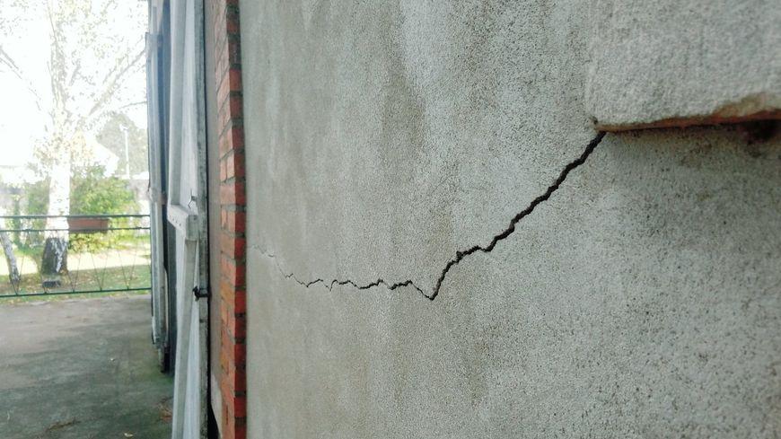 La sécheresse dans les terres argileuses provoque de nombreuses fissures.
