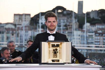 """Le réalisateur belge Lukas Dhont, avec la Caméra d'Or qu'il a remporté pour son film """"Girl"""" lors du Festival de Cannes 2018."""