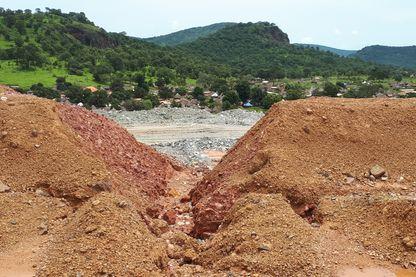Malgré la construction d'un remblai, des failles existent toujours dans le lac de boues cyanurées de la mine de Lefa, gérée par Nordgold.