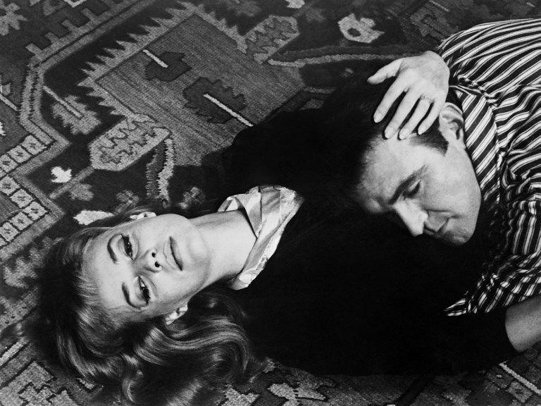 """Jeanne Moreau et l'acteur britannique Stanley Baker qui répètent une scène du film """"Eva"""" réalisé par Joseph Losey en 1961 à Venise"""