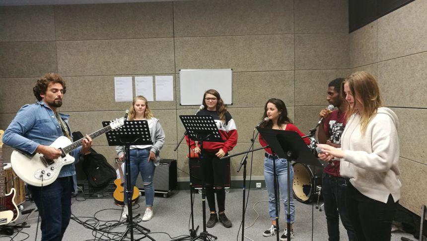 Répetition en studio à l'Atabal avec le chanteur David Cayrol et ses élèves