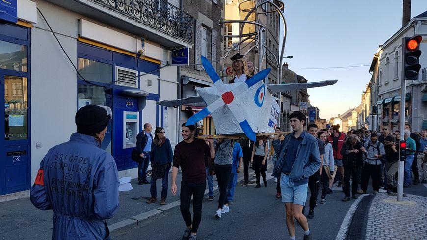 Le collectif Faux Solidaire a mis en scène le départ en avion de la préfète de la Creuse