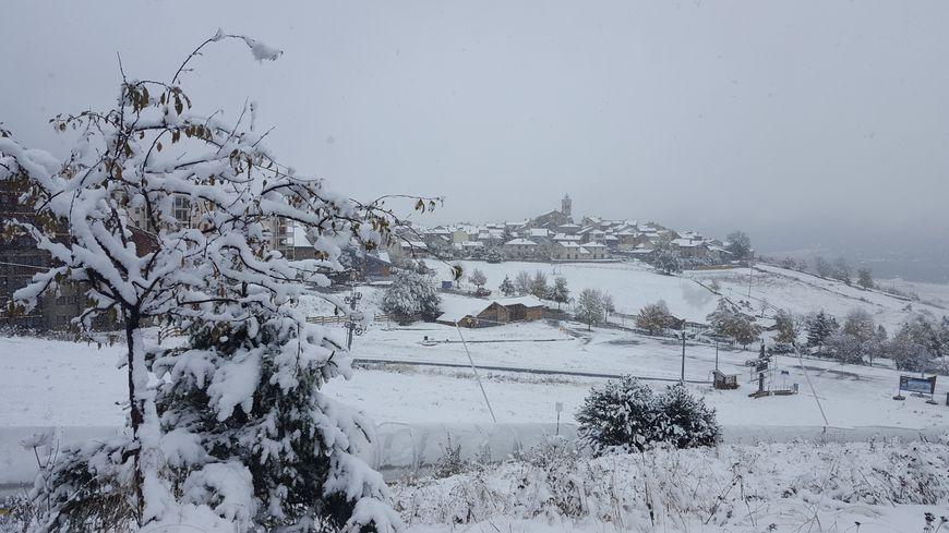 Le village des Angles tout blanc