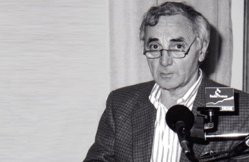 Charles Aznavour dans le studio de Radio France Drôme en 1995