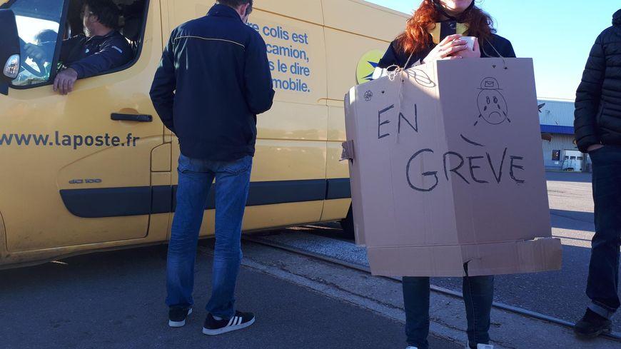 Un piquet de grève a été installé ce lundi 22 octobre au matin devant le centre de la Poste de Dijon Nord.