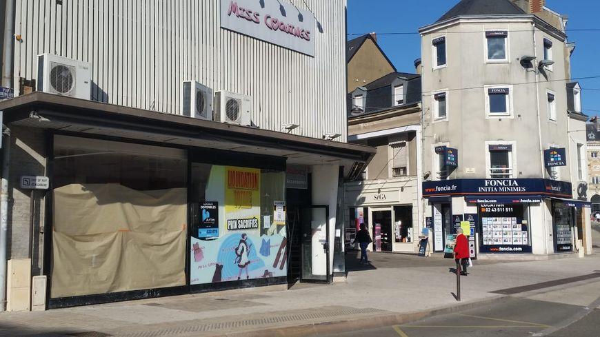 La vitrine de la deuxième boutique de la librairie Doucet au Mans