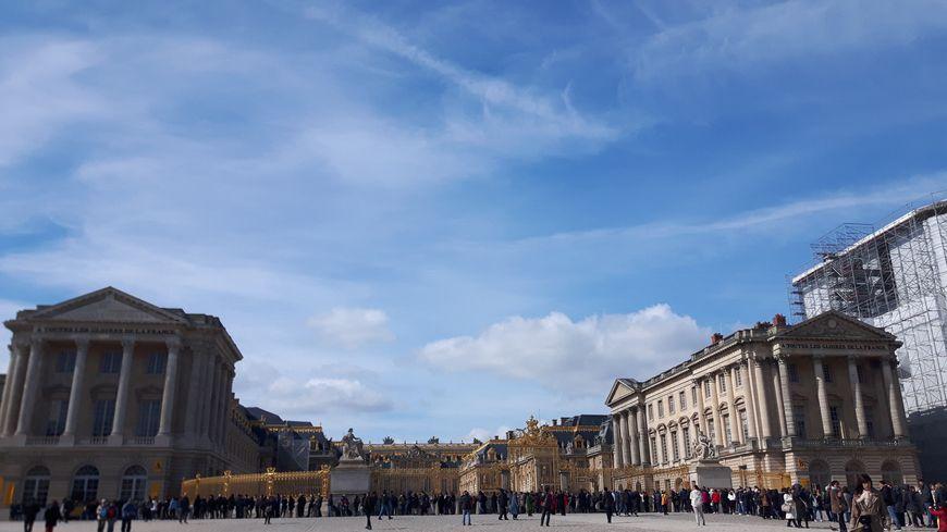 Deux bonbonnes ont été retrouvées sur la place d'Armes devant le château de Versailles mais elles ne présentaient pas de danger.