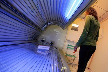 L'ANSES demande l'interdiction des cabines de bronzage, aggravant les risques de cancer de la peau