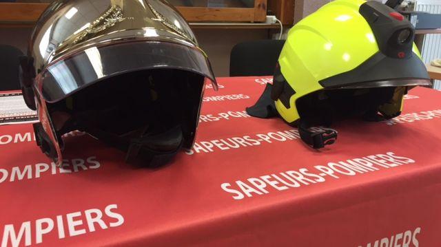 A droite, le nouveau casque que porteront tous les pompiers de la Loire en 2019.