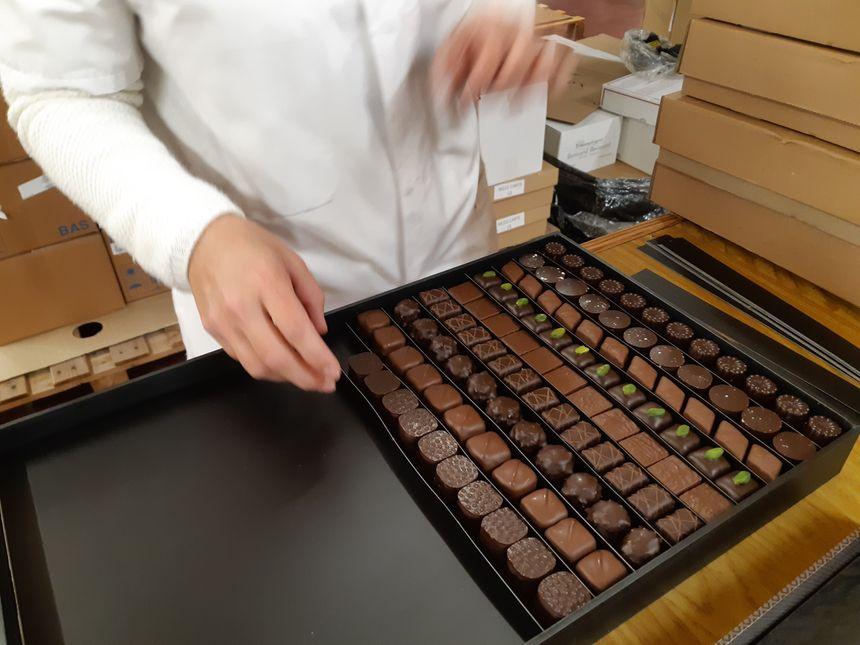 Les boîtes de chocolat sont garnies à la main. Il faut 5 à 10 minutes pour remplir cette boîte de 2,8 kilos