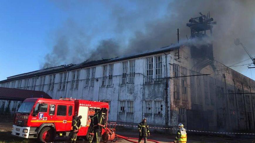 Le feu a ravagé la toiture de l'usine.