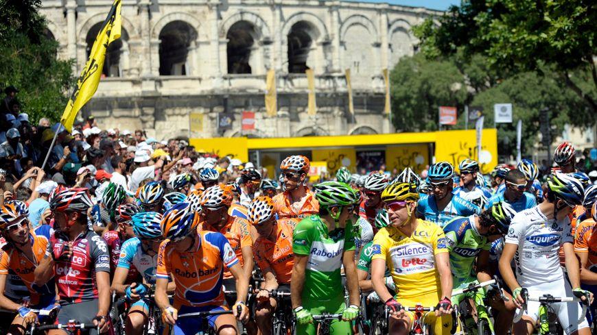 Les coureurs du Tour devant les arènes de Nîmes en 2008