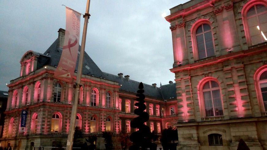 La mairie d'Amiens illumine sa façade en rose en ce mois d'octobre