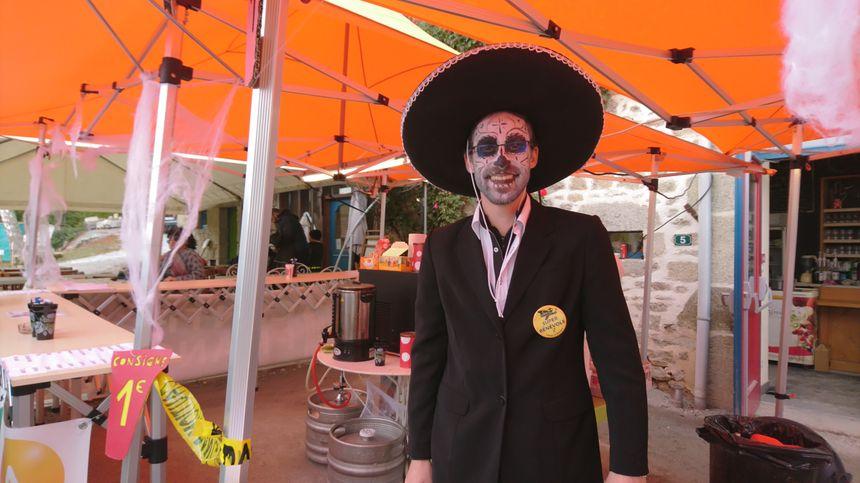Même à la buvette, les bénévoles de l'association des amis de la pierre de Masgot ont fait l'effort de se déguiser en conséquence.