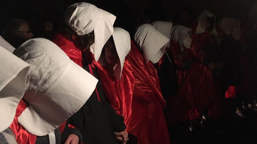 Les manifestantes étaient habillées en servantes écarlates au moment de l'évacuation.