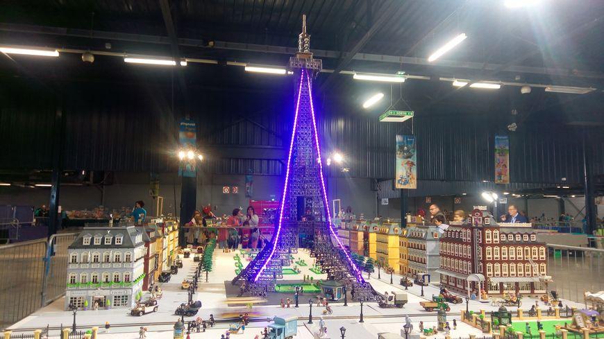 Une Tour Eiffel de 3,50 mètres de haut a été construite en Playmobil