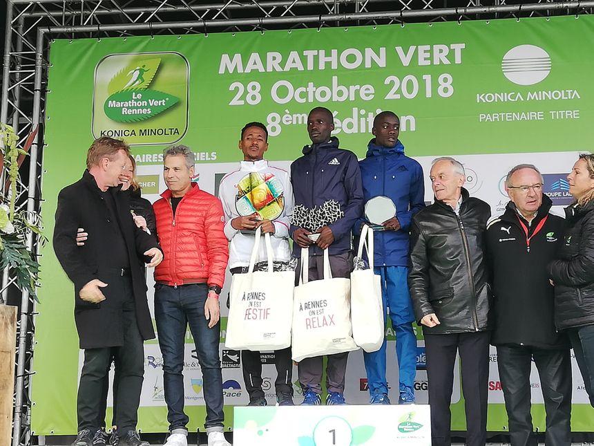 Au centre, le Kényan Lawi Kiptui remporte le Marathon en 2h08'30''