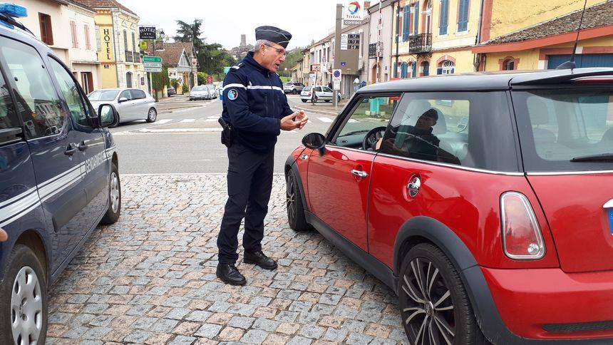 Un gendarme pendant un contrôle routier à l'entrée de la commune de Gimont