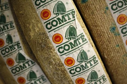 Une photo prise le 12 décembre 2014 montre des meules à fromage Comté au marché international de Rungis, près de Paris.