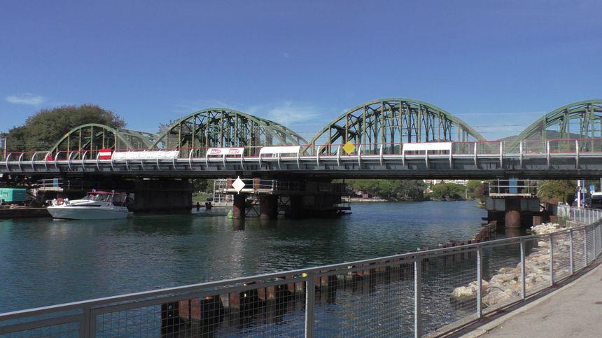Le pont vu de l'avenue de la mer