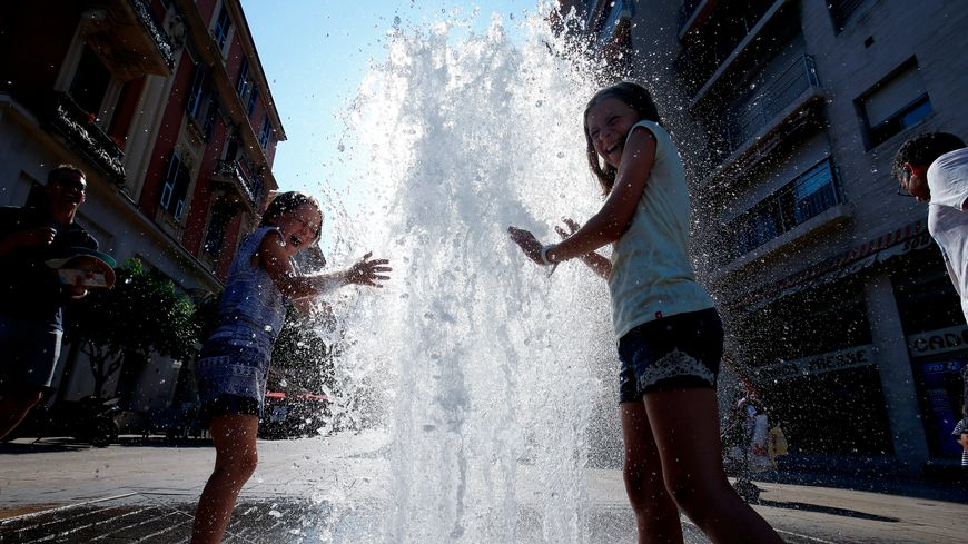 Enfant jouant avec une fontaine à Monaco