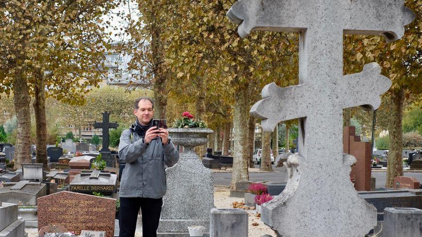 Bertrand, passionné de généalogie, profite de sa pause déjeuner pour photographier les tombes du cimetière de Boulogne