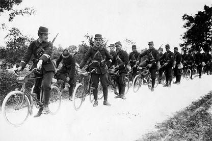 Soldats à bicyclette, lors d'un exercice militaire dans le Midi (France, 1913).