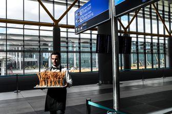 Serveur dans le nouvel aéroport d'Istanbul lors d'une présentation à la presse le 25 octobre