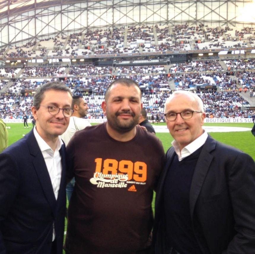 Omar Keddadouche, président de l'ASC Vivaux-Sauvagère à Marseille, ici aux côtés du président de l'OM Jacques-Henri Eyraud et du propriétaire du club Frank Mccourt