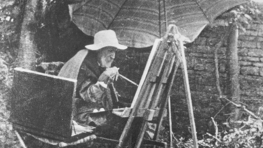 Auguste Renoir en train de peindre vers la fin de sa vie, souffrant de polyarthrite qui déforme ses mains.
