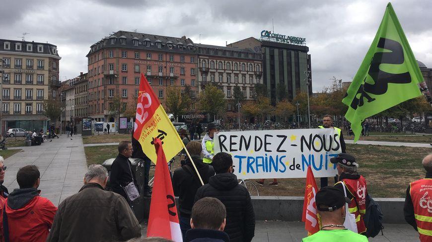 Des usagers de la SNCF et des cheminots réclament le retour des trains de nuit supprimés en 2016