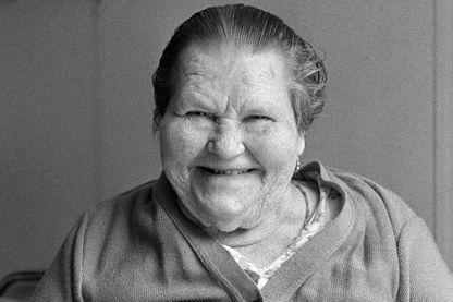 Mère Denis, de son vrai nom Jeanne Marie Le Calvé, célèbre héroïne de publicités pour la marque de machines à laver Vedette, le 1er juillet 1983, à Saint-Hymer (Calvados).